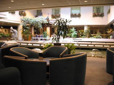 "Holiday Inn Select - Montréal : Salon, Bassin et restaurant ""Chez Chine"""