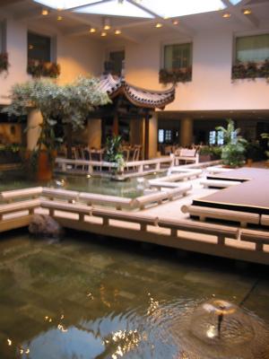 "Holiday Inn Select - Montréal : Bassin et restaurant ""Chez Chine"""